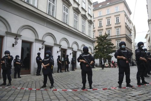 Police guards in Vienna moment after the attack of November 2, 2020 [Twitter]