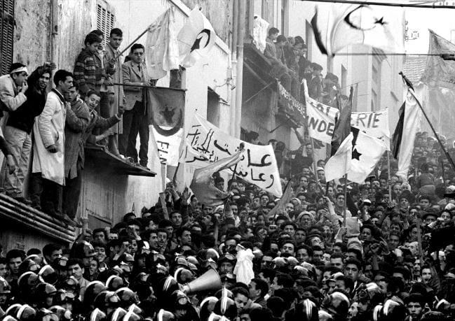 Algerians demonstrating in the streets of Algiers in 1960 [unseulheroslepeuple.org/dossier de presse]