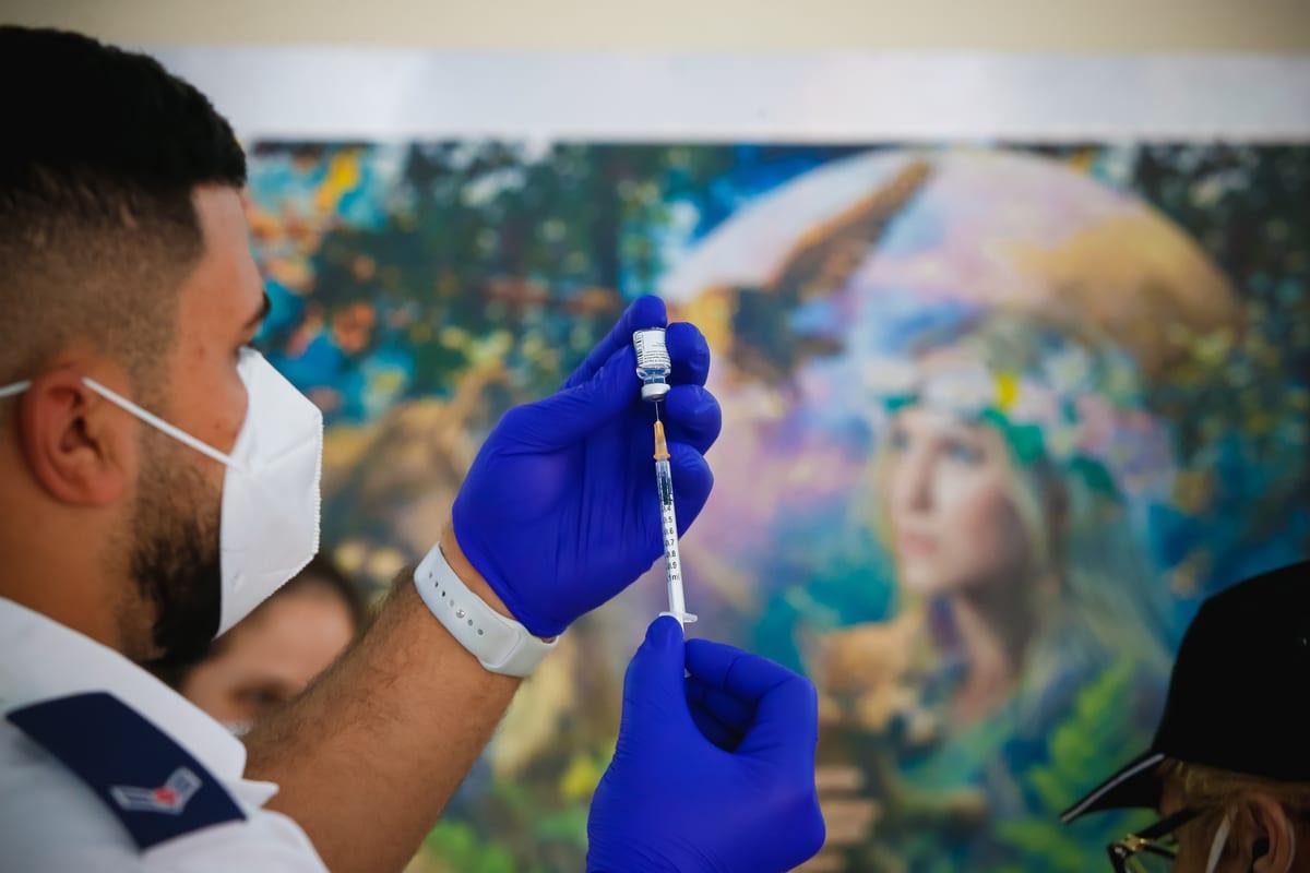 Paramedics vaccinate elderly people nursing home in Tel Aviv on 13 January 2021 [Nir Keidar/Anadolu Agency]