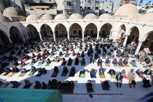 Reducing coronavirus weekend restrictions and allowing Friday prayers and the movement of citizens in the streets after the number of people infected with coronavirus has decreased [Mohammed Asad/Middle East Monitor]