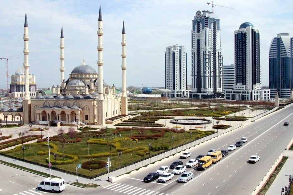 Akhmad Kadyrov Mosque, known as 'Heart of Chechnya' (L), dominating the skyline in the Chechen capital Grozny on 14 April 2012 [STR/AFP/Getty Images]