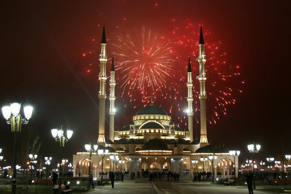 Fireworks explode over the Akhmad Kadyrov mosque in Grozny, Chechnya late on 9 March 2009 [VISKHAN MAGOMADOV/AFP/Getty Images]