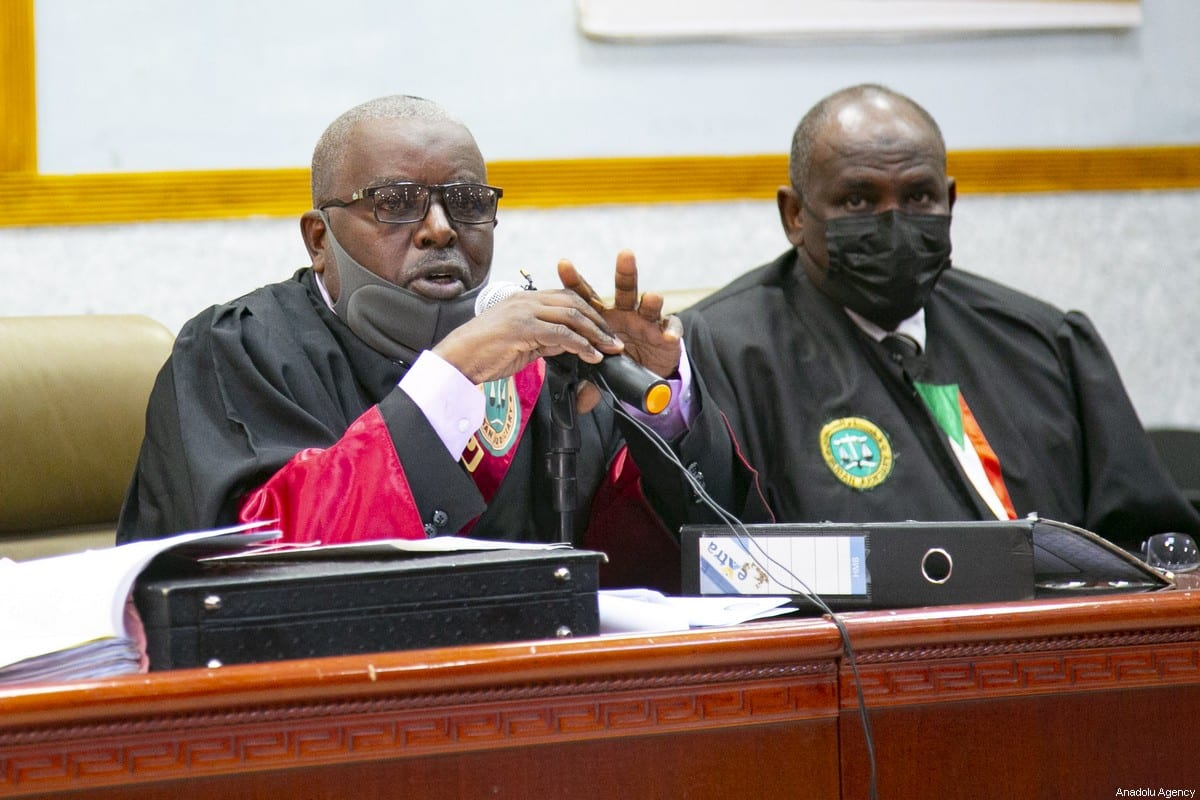 Judge Ahmet Ali (L) leads Sudan's ousted president Omar al-Bashir's trial along with others over the 1989 military coup that brought them to power, at a courthouse in the capital Khartoum on 19 January 2021. [Mahmoud Hjaj - Anadolu Agency]