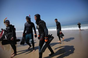Palestinian divers in the Gaza Strip launch a search mission in an effort to locate the remains of Egyptian sailors lost at sea during stormy weather last week, on 26 February 2021 [Mohammed Asad/Middle East Monitor]