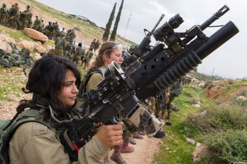Israeli soldiers from the mixed-gender Lions of the Jordan battalion, under the Kfir Brigade, check their weapons at the end of the last training before being assigned their posting, on February 28, 2017, near the West Bank village of Bardale, east of Jenin. / AFP / JACK GUEZ (Photo credit should read JACK GUEZ/AFP via Getty Images)
