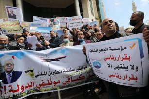 Military members in Gaza protest PA decision to force them into retirement [Mohammed Asad/Middle East Monitor]