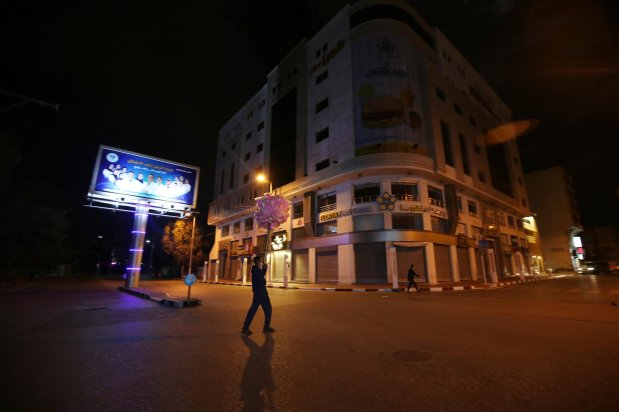 Gaza imposes night curfew to tackle coronavirus [Mohammed Asad/Middle East Monitor]