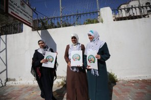 Hamas registers its electoral list for parliamentary election [Mohammed Asad/Middle East Monitor]