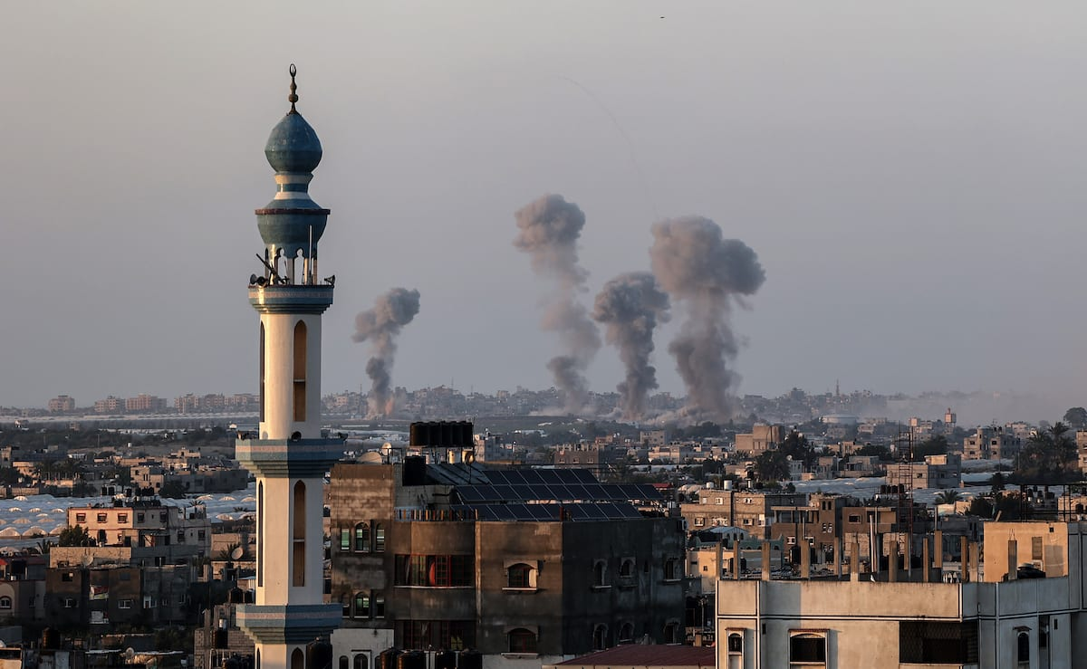 Smoke and flame rise after Israeli fighter jets' airstrike hit an area in Khan Yunis, Gaza on 13 May 2021. [Abed Rahim Khatib - Anadolu Agency]