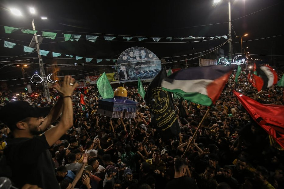 """Palestinians carry a model of Dome of the Rock as they gather for a celebration after """"mutual and simultaneous"""" cease-fire deal between Israel and Hamas took effect at 2 am Friday (2300GMT Thursday), ending the 11-day conflict, in Rafah, Gaza on 21 May 2021. [Abed Rahim Khatib - Anadolu Agency]"""