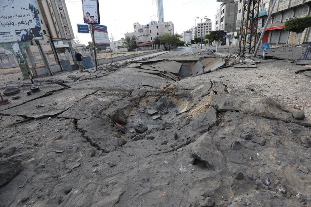 Israel continues to strike residential buildings in Gaza on 13 May 2021 [Mohammed Asad/Middle East Monitor]