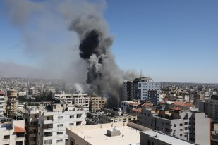 Israel decimates building housing foreign media in Gaza [Mohammed Asad/Middle East Monitor]
