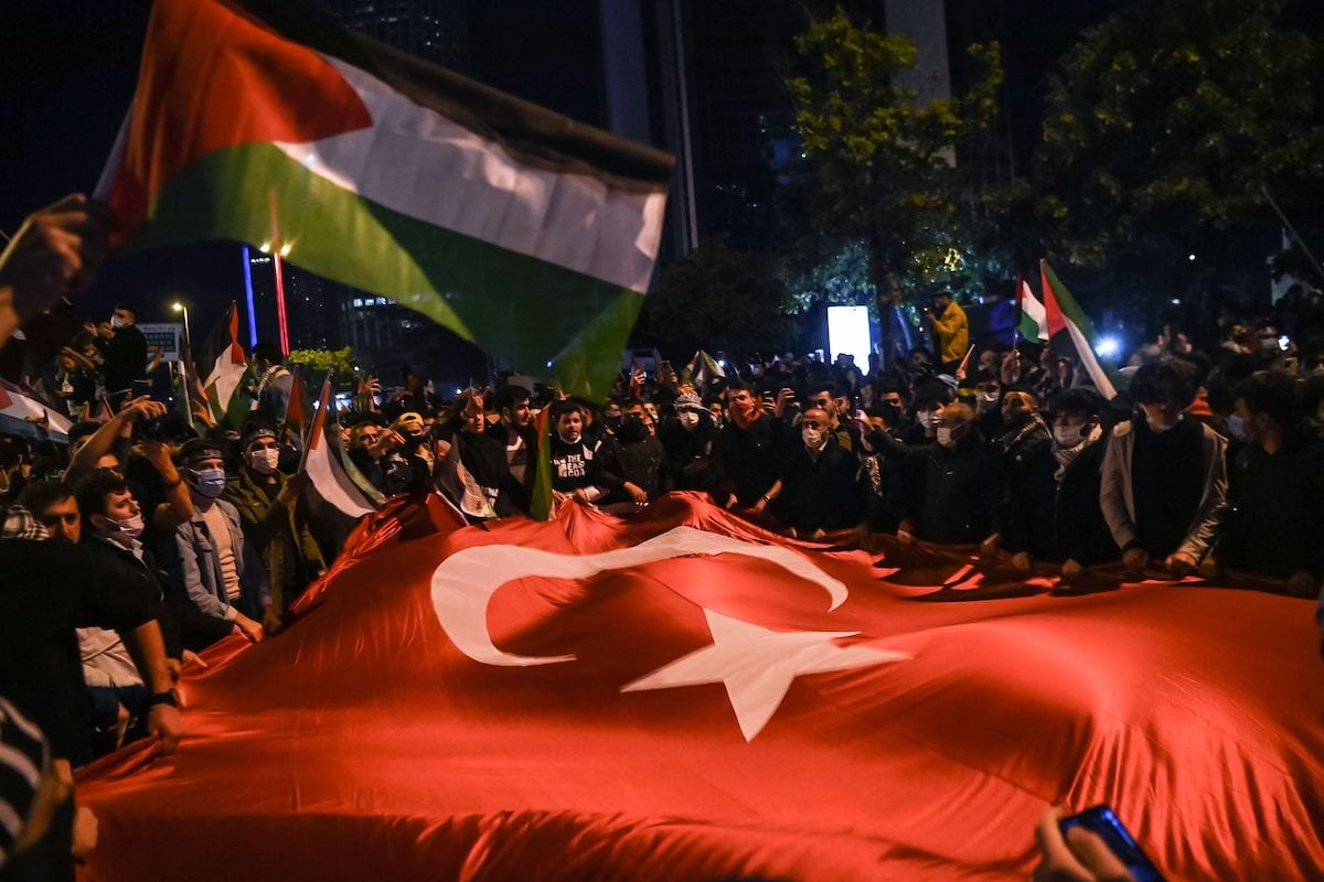 Protesters wave Turkish and Palestinian flags during a demonstration against Israel in front of the Israeli Consulate in Istanbul, late on 11 May 2021. [OZAN KOSE/AFP via Getty Images]