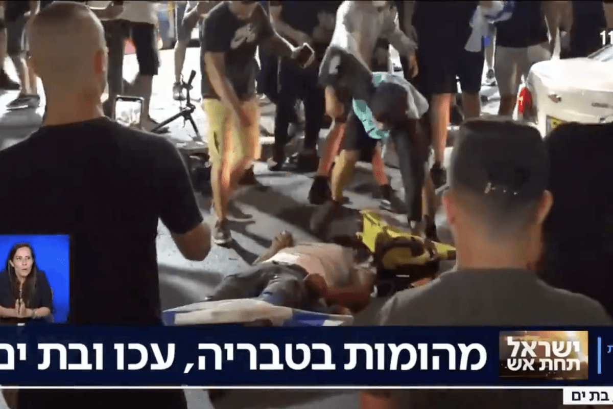 Shocking live footage showed a gang of Jewish extremists dragging a motorist who looked Palestinian from his car and beating him unconscious [screenshot]
