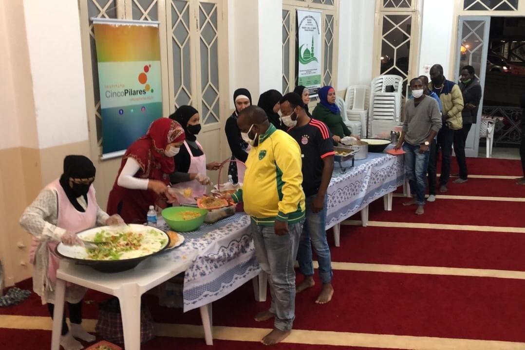 Cinco Pilares Institution volunteers serving the iftar meal in Ramadan 2021 [ICP]