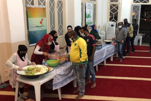 Cinco Pilares Institution volunteers serving the iftar meal in Ramadan 2021 [ICP]
