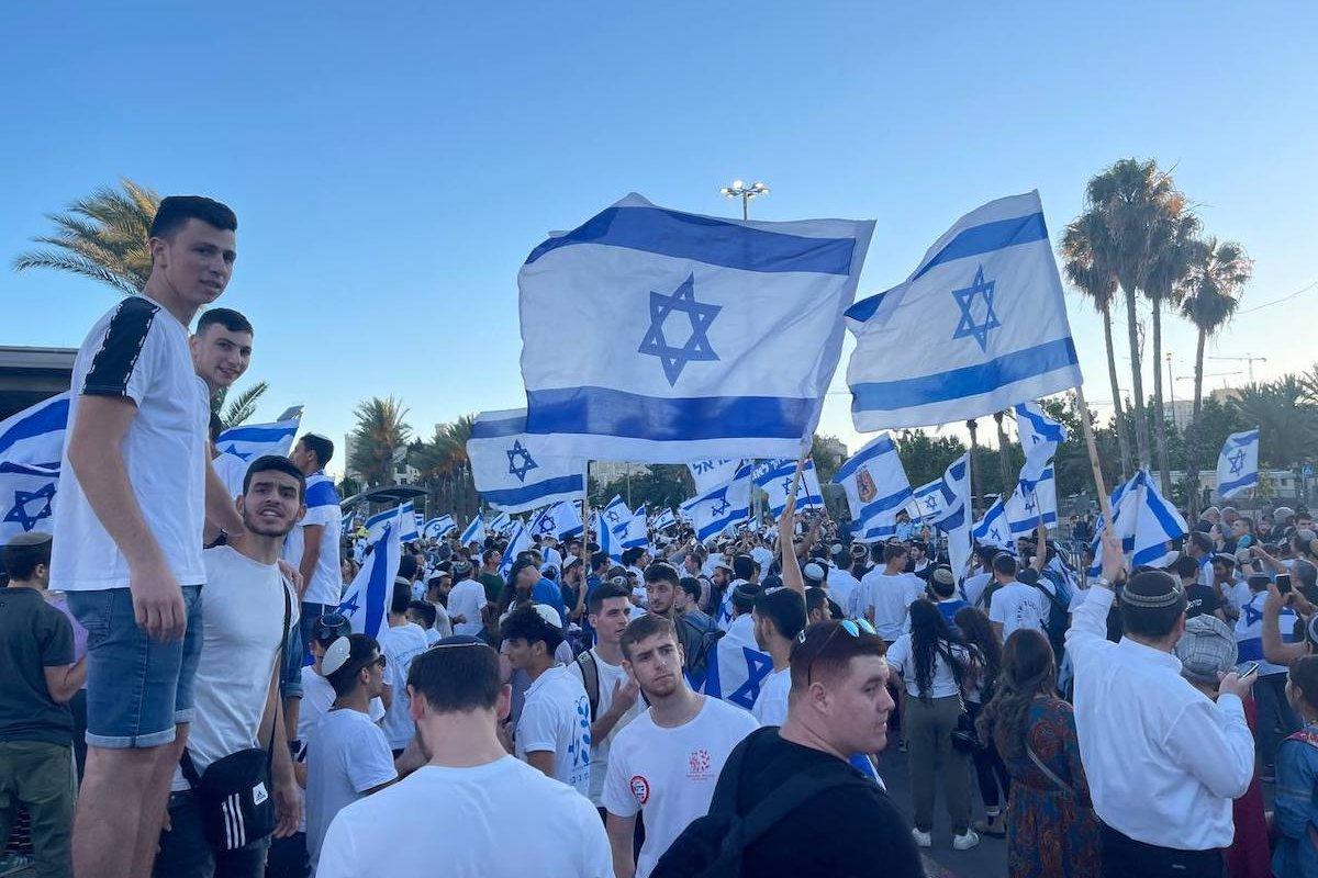 Far-right Israelis holding Israeli flags in Jerusalem on 15 June 2021 [Esat Fırat/Anadolu Agency]