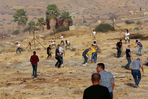 Jewish settlers attack Palestinians who gather to protest illegal Jewish settlements near Teyaseer checkpoint in Tubas, West Bank on 24 July 2021. [Nedal Eshtayah - Anadolu Agency]