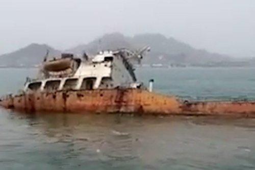 Thumbnail - Abandoned tanker sinks off Yemen coast