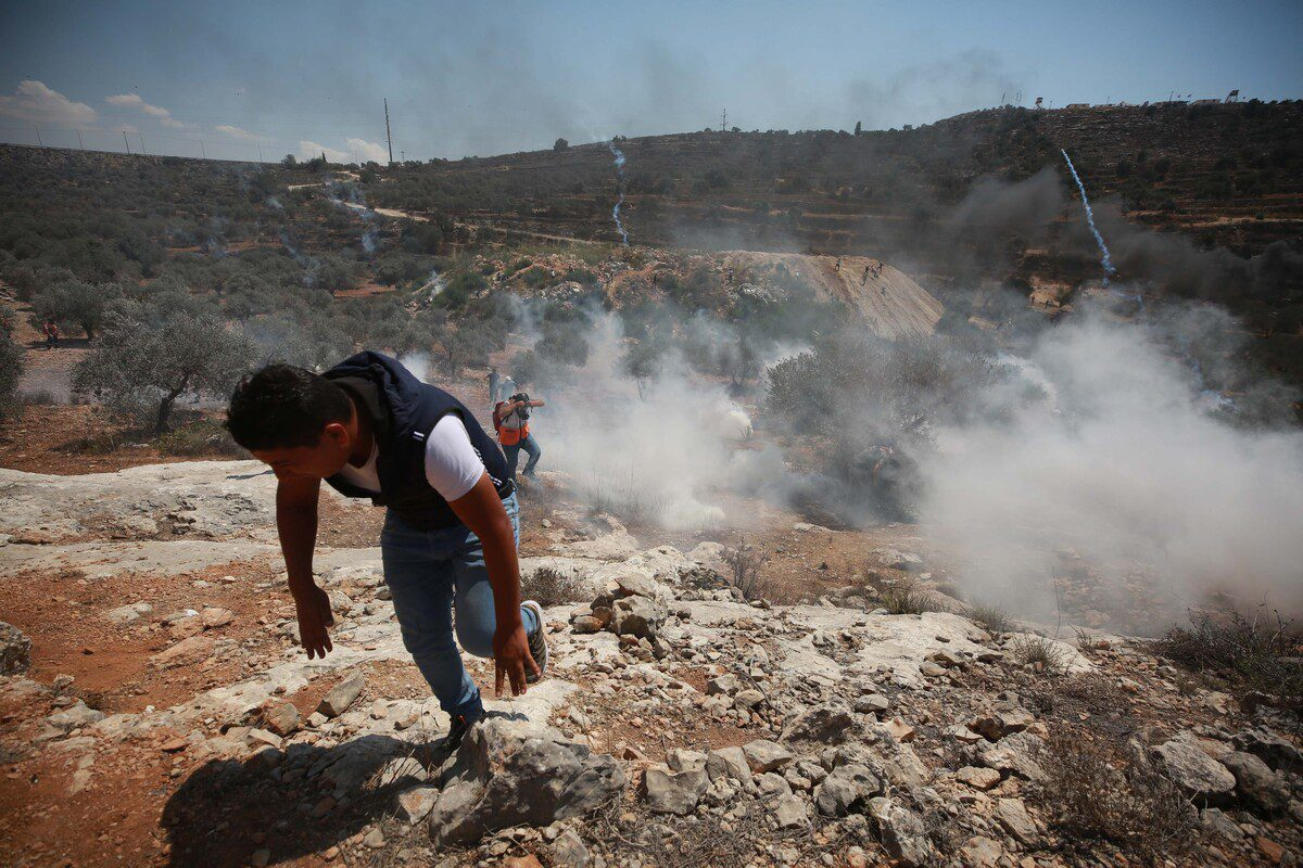 Israeli forces fire tear gas canisters to disperse Palestinians during a demonstration against settlements in the West Bank, on 13 Augus2021 [Issam Rimawi/Anadolu Agency]