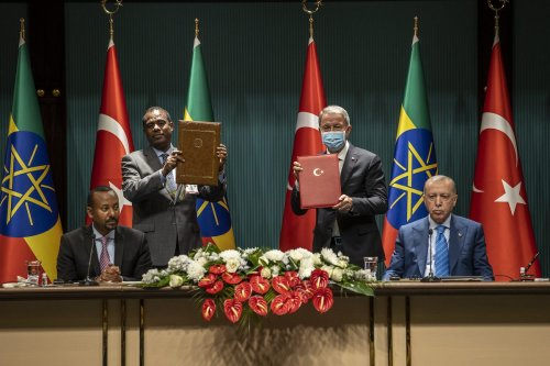 Turkish President Recep Tayyip Erdogan (R) and Ethiopian Prime Minister Abiy Ahmed (L) accompany the signing ceremony after Turkish National Defense Minister Hulusi Akar (2nd R) and Ethiopian Defense Minister Keana Yadeta (2nd L) signed agreement between two countries at the Presidential Complex in Ankara, Turkey on 18 August 2021. [Ali Balıkçı - Anadolu Agency]