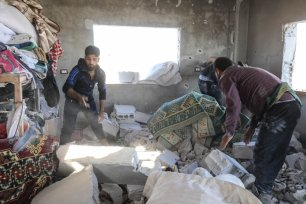 Syrian citizens try to find their belongings at a completely destroyed building after shelling by the Assad regime and Iranian-affiliated terror groups, in breach of a truce in Kansafra village, de-escalation zone Idlib, Syria on August 20, 2021. [Izzeddin Kasim - Anadolu Agency]