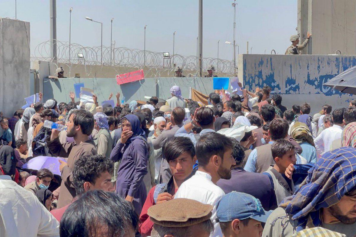 Afghans, wanting to leave the country, wait around Hamid Karzai International Airport in Kabul, Afghanistan on 26 August 2021 [Haroon Sabawoon/Anadolu Agency]