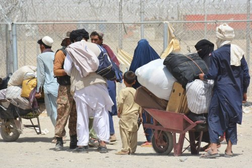 Afghan people wait to cross border on August 28, 2021 [Mazhar Chandio/Anadolu Agency]