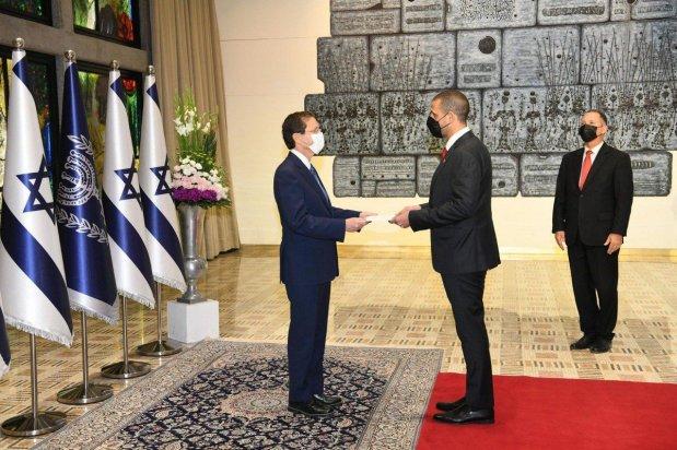 President of Israel Isaac Herzog (L) receives a letter of credence from the first Bahraini ambassador to Israel, Khalid Yusuf Al-Jalahma (2nd L) at Presidential building in Jerusalem on 14 September 2021 [Bahrain Embassy In Israel/Anadolu Agency]