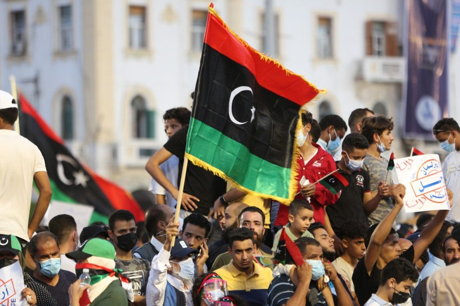 """Thousands of Libyans demonstrate against the """"withdrawal of government confidence vote"""" decision by the House of Representatives (TM), chaired by the political ally of warlord Khalifa Haftar, Akile Salih, in Martyrs Square in Tripoli, Libya on September 24, 2021. [Hazem Turkia - Anadolu Agency]"""