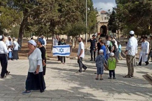 Jewish Israeli settlers stormed Al-Aqsa Mosque sanctuary in Jerusalem on 27 September, 2021, and waved the Israeli flag around the Islamic site [arab48.com]