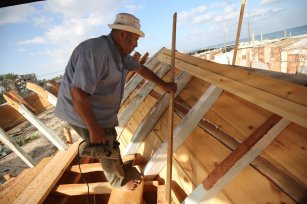 Palestinian carpenters are reshaping the future of unemployed fishermen [Mohammed Asad/Middle East Monitor]