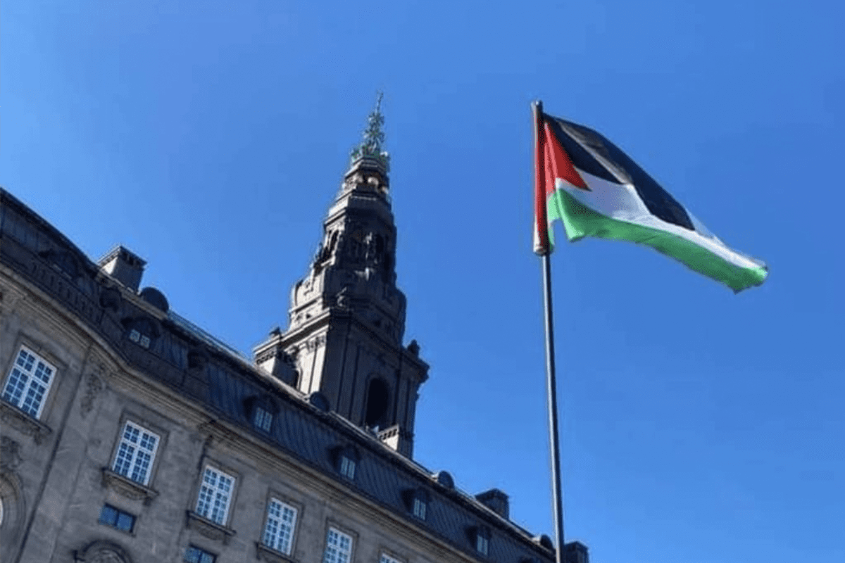 Palestinian flag raised outside the Danish Parliament building in the capital Copenhagen on September 21, 2021 [@prclondon/Twitter]