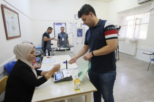 Iraqis arrive to cast her vote at a polling station during the Iraqi early general elections in Halabja, Iraq on October 10, 2021. [Fariq Faraj Mahmood - Anadolu Agency]