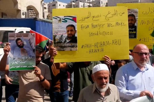 Thumbnail - Palestinians stand with hunger striking prisoners
