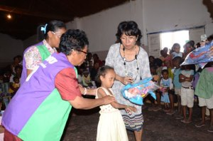 Juliana Andriambelo Rakotoarivelo, donnant des jouets à la fille qui a été prise en charge médicalement par le Groupe WM pendant trois ans.