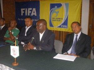 L'instructeur de la FIFA, Remy Dawilli, aux côtés du SG de la FMF, Stan Rakotomalala, et des membres de la commission d'arbitrage malgache.