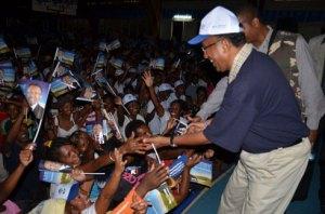 La population tend la main à Hery Rajaonarimampianina.