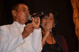 Abel Ratsimba chantant en duo avec Voahirana, l'une de ses guests.