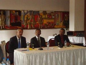 Le président Hery Rajaonarimampianina entouré du PCA de l'ONTM, Eric Koller et du vice-PCA, Jocelyn Ramanambohitra, lors de l'AG de l'ONTM.