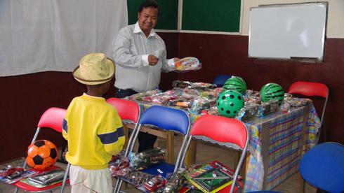 Noël dans la joie : Distribution de jouets aux enfants des 67 ha