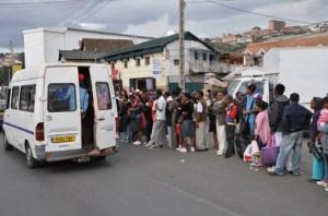 Les taxis-be qui desservent les zones suburbaines ont enclenché la hausse des frais de transport.