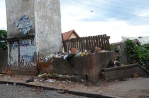 En ne respectant pas les horaires de sortie des poubelles, les usagers favorisent le débordement des bacs durant la journée.