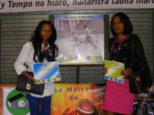 Meja Miangola Razafimandimby, lauréate du concours à gauche et Léa Ravoniarifara, gagnante des lecteurs à droite de la photo.
