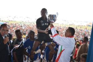 L'équipe d'Ankasina reçoit leur trophée, hier, à andohatapenaka. (Photo Kelly)