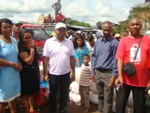 « le député Hary Andrianarivo (à gauche) et le député Razakamady (2ème à partir de la droite) solidaires avec les victimes » Photo Anastase