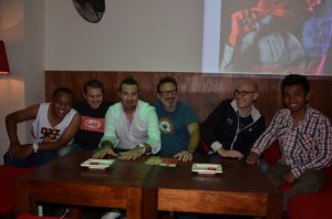 Simon Sim's entouré des DJ résidents et des gérants du Kudéta. (Photo : Kelly)