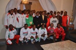 La grande famille des Makis de Madagascar avec le ministère de la Jeunesse et des Sports, Jean Anicet Andriamosarisoa et le Directeur du Sport Fédéral, Rosa Rakotozafy. (Photo Kelly).