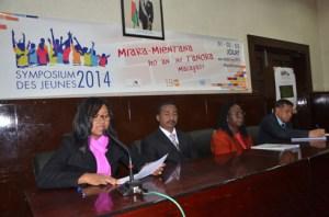 Les intervenants, dont le ministre du MJS Andriamosarisoa et la représentante de l'UNFPA Agathe Lawson (au milieu) lors de la conférence de presse hier au palais des sports. (photo Yvon Ram)