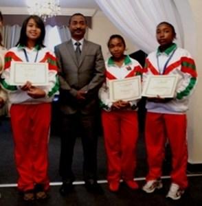 Le ministre de la Jeunesse et des Sports, Jean Anicet Andriamosarisoa aux côtés des médaillés des Jeux de Botswana.